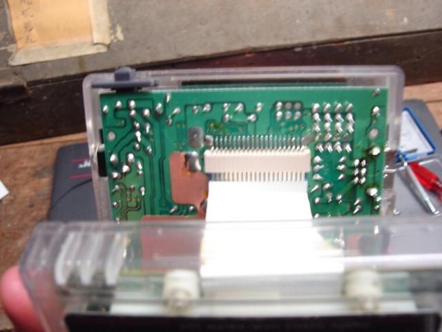 Ahora vuelva a conectar cuidadosamente el cable de la pantalla. Ponga sus dedos por debajo del borde del cable plano y empuje hacia arriba en su lugar.